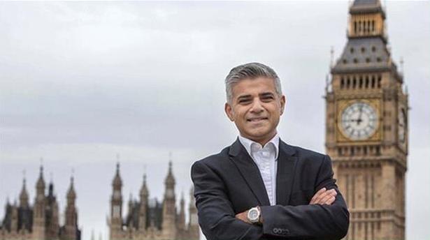 Знаменитости: Мэром Лондона официально стал мусульманин Садик Хан