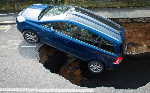 Общество: На юго-востоке Лондона машина провалилась в внезапно открывшуюся карстовую воронку