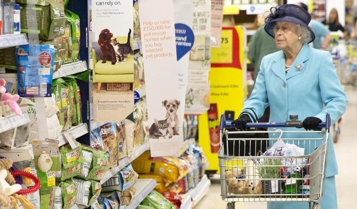 """Знаменитости: Королева потратила, выигранный на скачках, сертификат от """"Tesco"""" на подарки для своей семьи"""