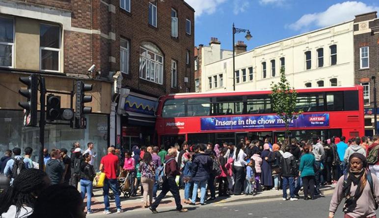 Общество: В Харлсдене двухэтажный автобус врезался в магазин: 17 человек ранены
