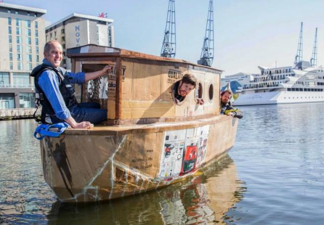 Общество: Двое лондонцев построили из картонных коробок плавучий дом