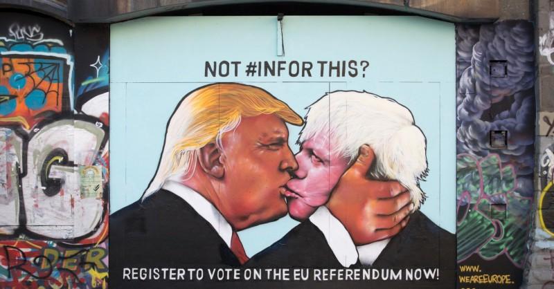 Общество: Дональд Трамп и Борис Джонсон целуются на улицах Бристоля