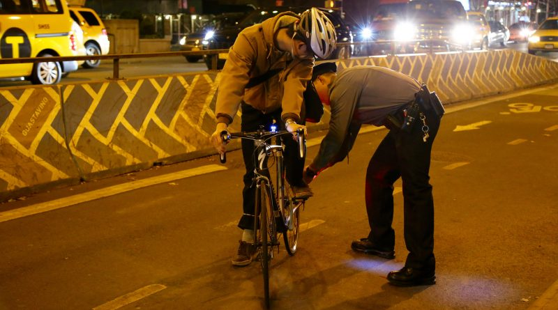 Общество: Велосипедисты-нарушители получат бесплатные фары вместо штрафа