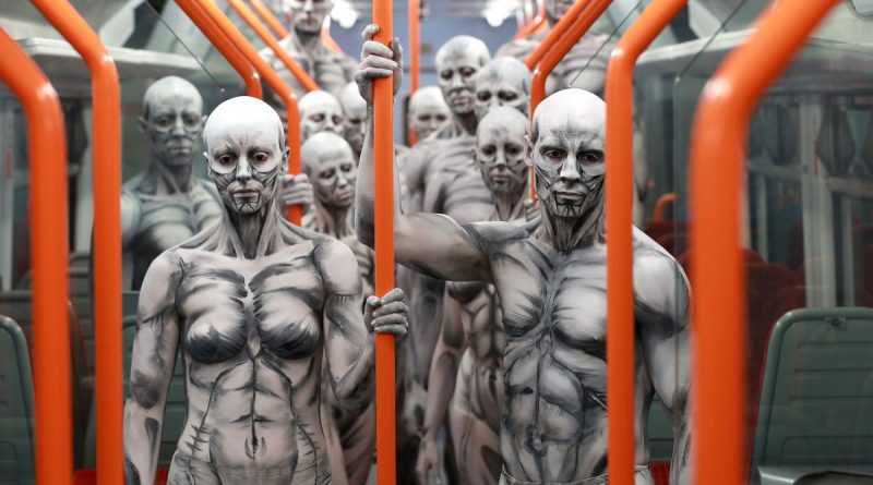 армия гуманоидов на улицах Лондона