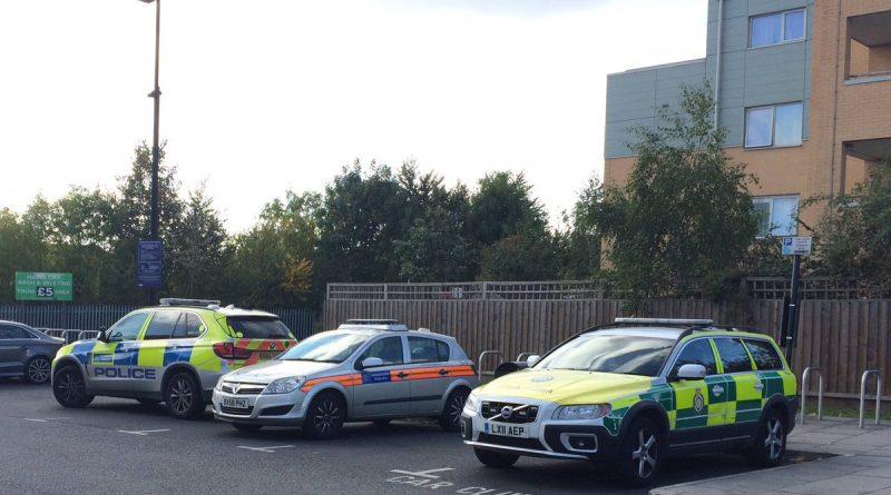 Происшествия: В Западном Лондоне продолжается противостояние между полицией и забаррикадировавшимся в доме человеком