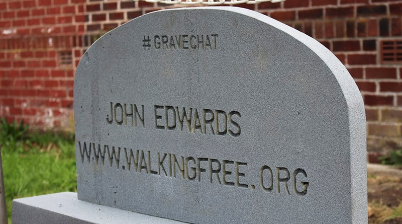 Общество: Похороненный заживо ведет трансляции из могилы