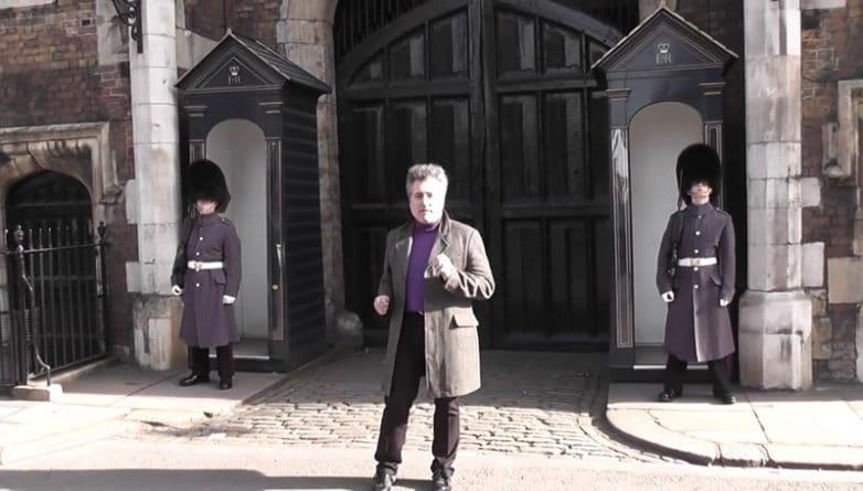 Юмор: Тот момент, когда твой танец не нравится всем: гвардеец наорал на мужчину в St James's Palace