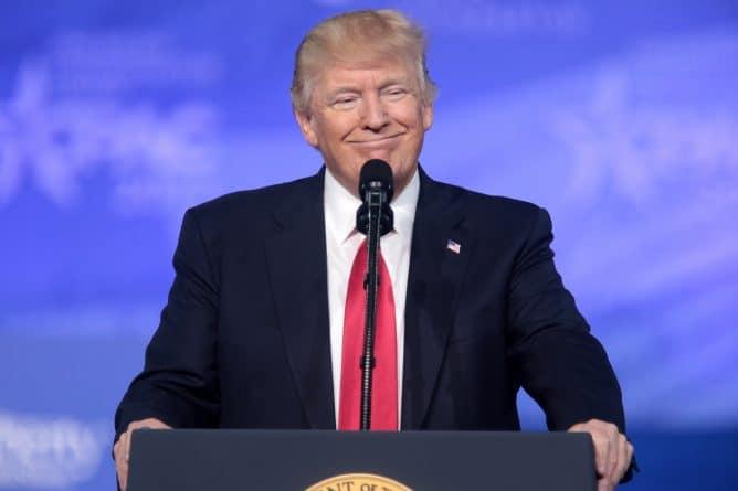 Политика: Трамп откладывает визит в Британию до октября