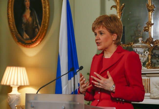 Политика: Неспокойный день в Шотландском парламенте. Дебаты о референдуме