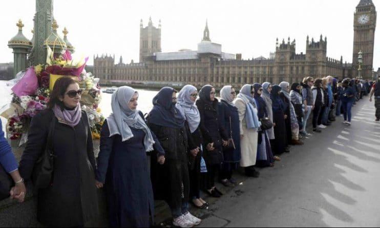 Общество: Мусульманские женщины выстроились на Вестминстерском мосту в знак солидарности
