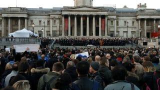 Тысячи лондонцев пришли на Trafalgar Square почтить память жертв террористической атаки