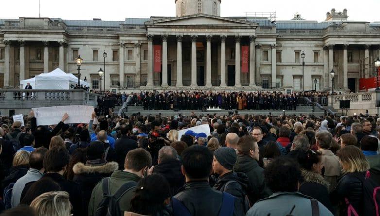 Общество: Тысячи лондонцев пришли на Trafalgar Square почтить память жертв террористической атаки