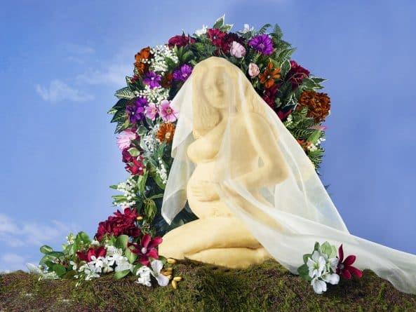 Искусство: Британский скульптор вырезал статую беременной Бейонсе из огромного куска сыра
