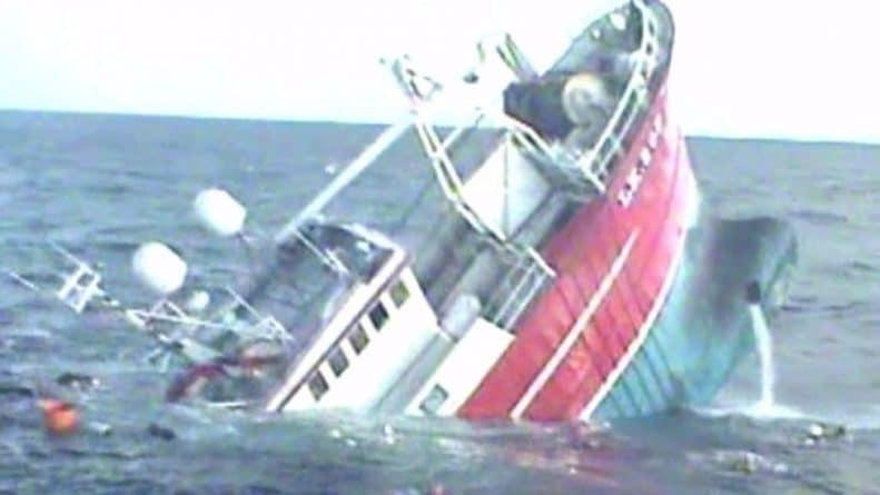 Происшествия: Рыбаков спасли в последний момент перед затоплением судна
