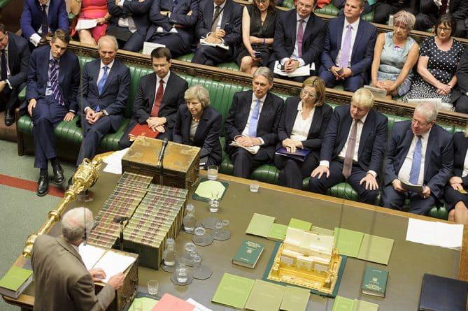 """Политика: Дебаты в парламенте: """"лгунья-премьер"""" и досрочные выборы"""