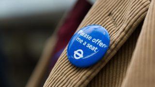 TfL запустил новые значки для людей, которым сложно стоять в транспорте