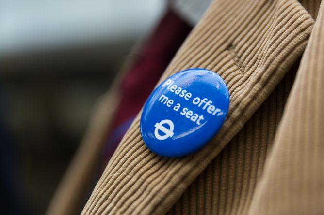 Общество: TfL запустил новые значки для людей, которым сложно стоять в транспорте