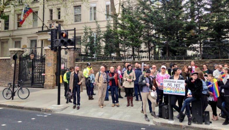 Общество: Терезу Мэй призвали принять меры против концлагерей для геев в Чечне