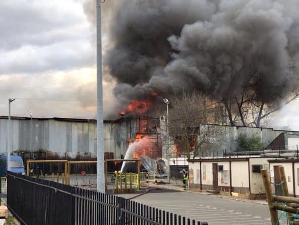 Происшествия: Более сотни пожарных брошены на борьбу с пожаром на складе в восточной части Лондона