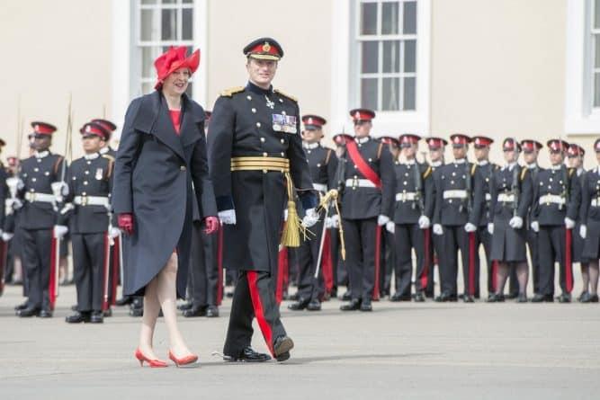 Политика: Тереза Мэй выступила в Сандхерсте от имени королевы