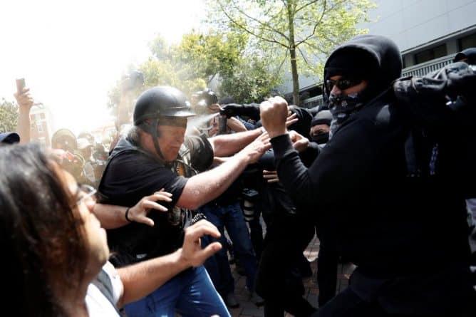 В мире: Столкновение сторонников и противников Трампа в Беркли. 11 пострадавших