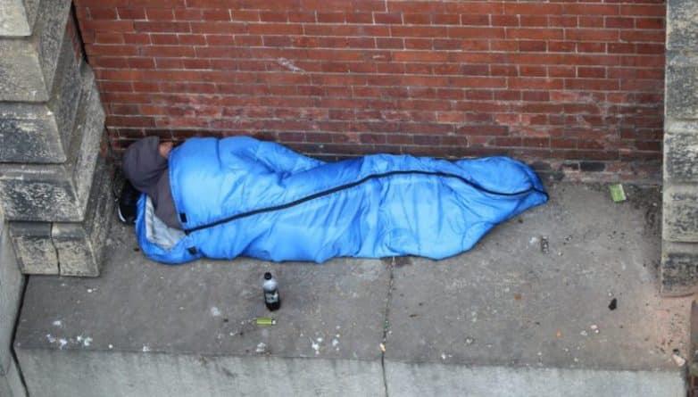 Общество: Фото бездомного, который спал в 20 футах над Темзой, вызвали шок у многих