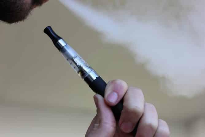 Закон и право: В Шотландии издан закон запрещающий продажу электронных сигарет несовершеннолетним