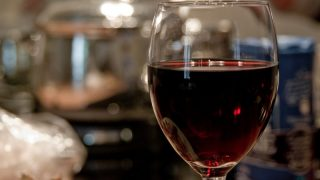 Полбокала вина в день повышают риск рака груди
