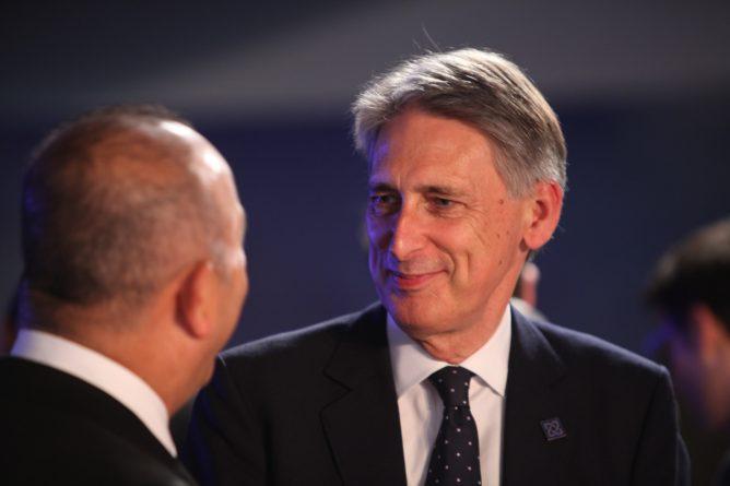 Закон и право: Хаммонд хочет оставить Британию в Таможенном союзе