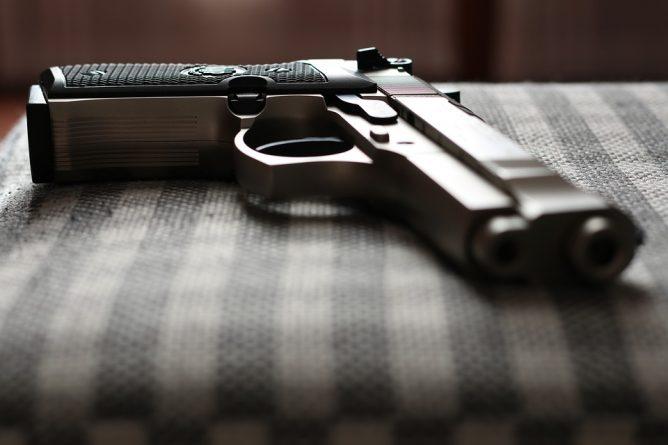 В мире: Отец учил детей обращаться с оружием и случайно застрелил дочь