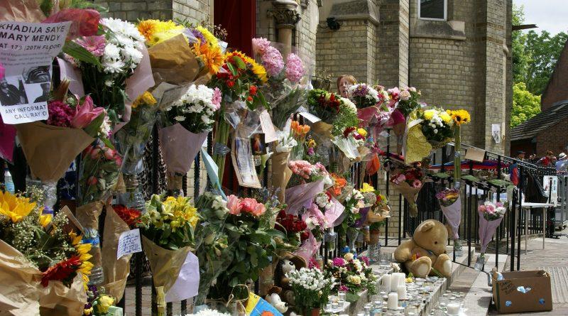 Происшествия: Лондонцы возмущены селфи на фоне руин Grenfell Tower