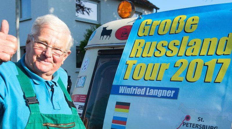 Без рубрики: Немецкий пенсионер приехал в Санкт-Петербург на тракторе 1961 года