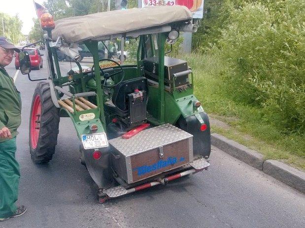 Немецкий пенсионер приехал в Санкт-Петербург на тракторе 1961 года