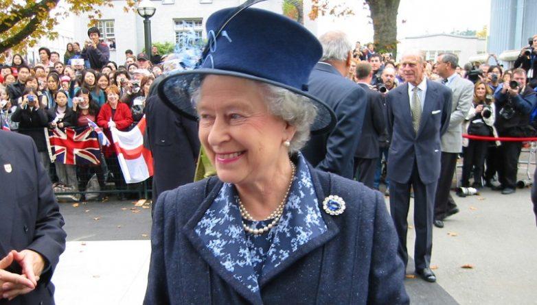 Общество: Конюшим королевы впервые стал чернокожий британец