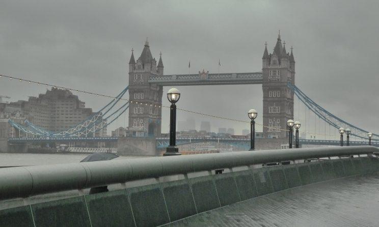 Погода: Большинству британцев придется весь день мокнуть под дождем