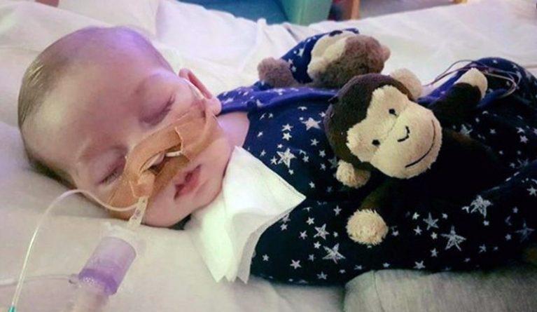Общество: Чарли Гарда похоронят с игрушечной обезьянкой