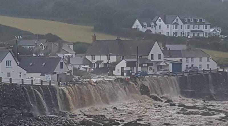 Происшествия: Ливни затопили деревушку в Корнуолле