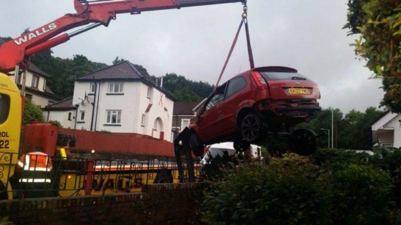Происшествия: Машина чуть не въехала в гостиную, где спал ребенок