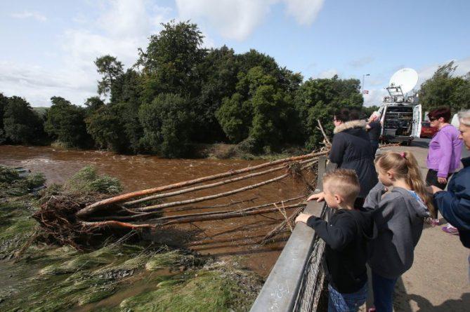 Разрушительное наводнение в Северной Ирландии: снесло дороги и машины