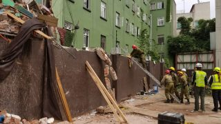 Количество жертв землетрясения в Мексике выросло, продолжаются поиски выживших