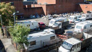 Туристы превратили автостоянку заброшенной тюрьмы Холлоуэй в свалку