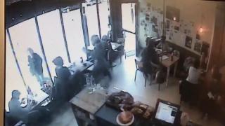 Мопедист обокрал женщину в лондонском кафе