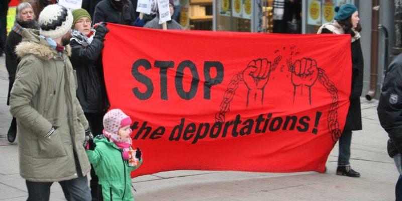 Общество: Государство хочет депортировать мужчину, который присматривает за своей женой с ограниченными возможностями