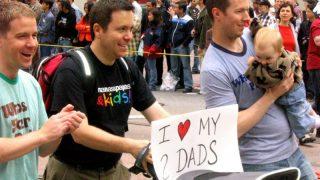 Детей в Великобритании все чаще усыновляют однополые пары