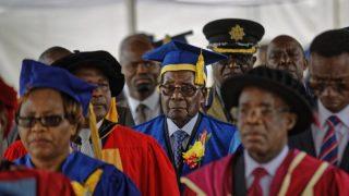 Президент Зимбабве Роберт Мугабе впервые после военного переворота появился на публике