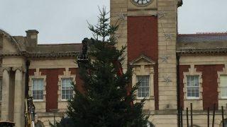 Рождественская елка показалась слишком печальной жителям Барри в Уэльсе