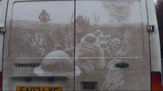 Художник из Колчестера рисует потрясающие картины на грязных фургонах