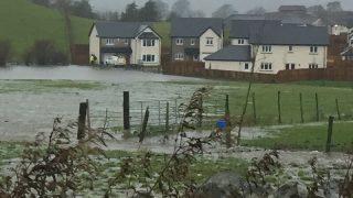 Дороги перекрыты, поезда отменены: в Великобритании наводнение и снегопад