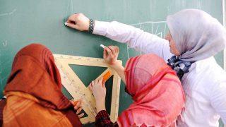 Британских школьниц опросят, почему они носят хиджаб