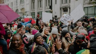 В Лондоне празднуют смещение Мугабе